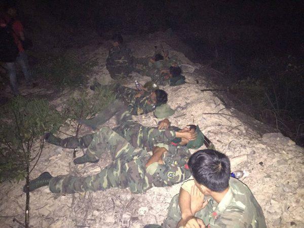 Lực lượng chiến sĩ mệt nhoài sau nhiều giờ dập lửa.