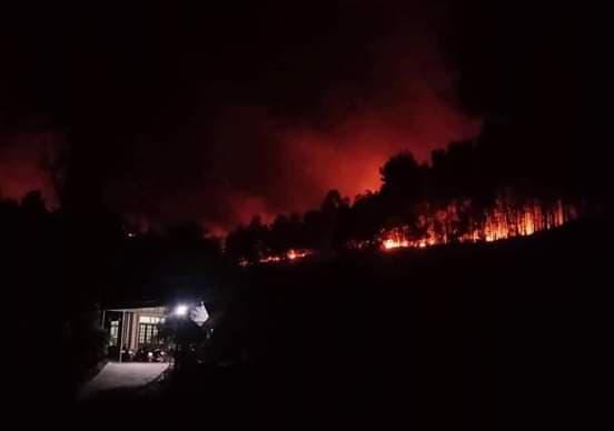 Trong đêm, đám cháy tại thị trấn Phố Châu, huyện Hương Sơn uy hiếp hàng trăm hộ dân.