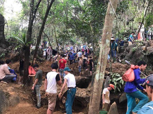 """Sự thật chuyện người dân lên rừng tìm đá quý bị """"chặt chém"""" bát mỳ tôm 100 nghìn"""