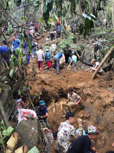 Hình ảnh người dân đổ xô lên rừng đào bới, tìm đá quý. Ảnh: B.H.T