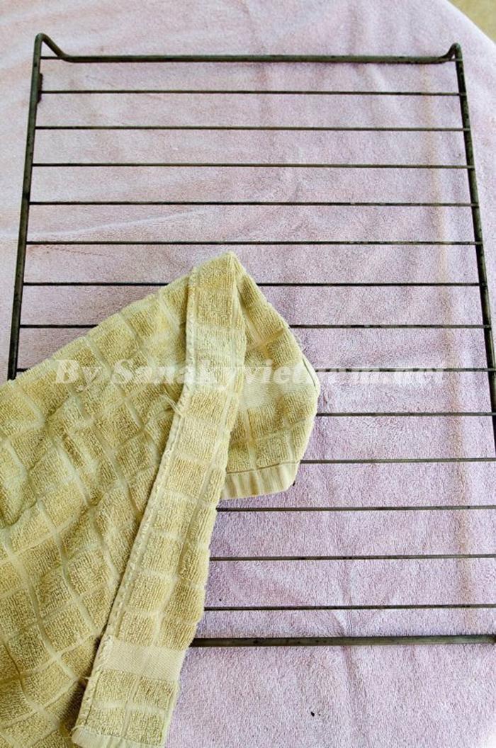 Lau sạch vỉ nướng bằng khăn khô