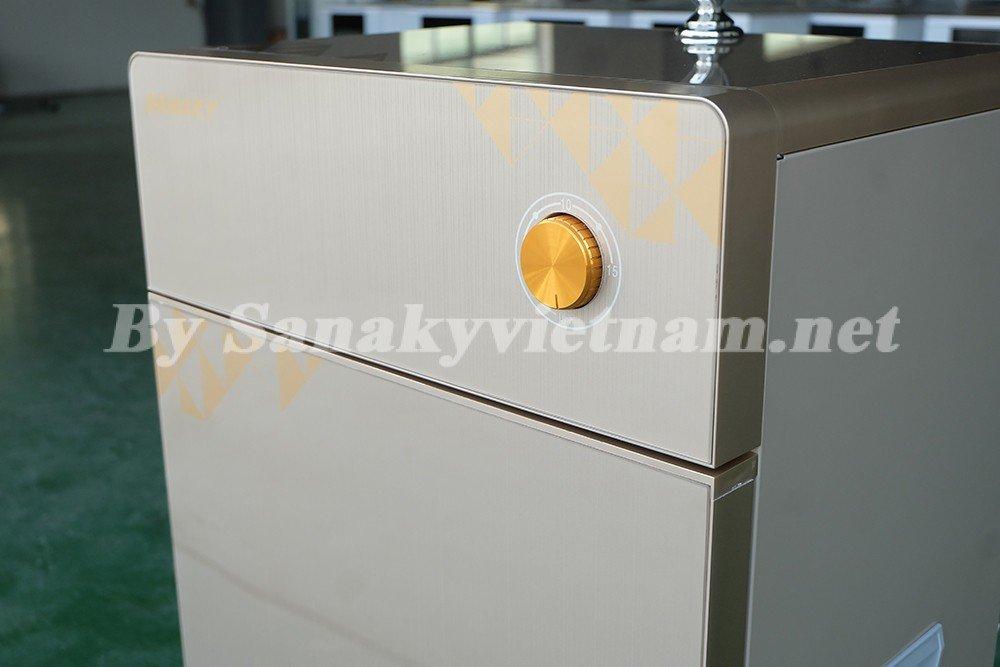 Bề mặt cửa và bàn trên của máy lọc nước RO Sanaky SNK-S110 được làm từ kính cường lực bền bỉ và dễ lau chùi