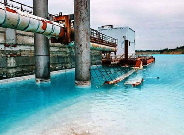 Màu xanh của nước thực chất là hóa chất độc hại.