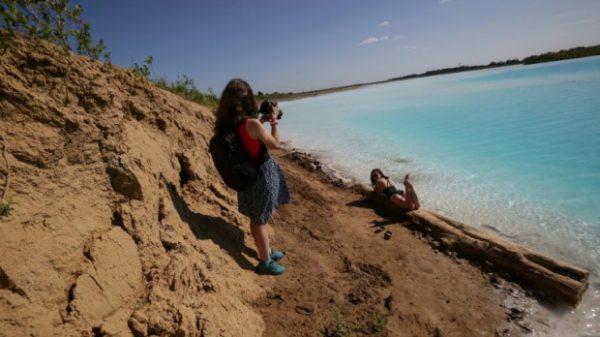 Giới trẻ tụ tập sống ảo tại hồ chất thải.