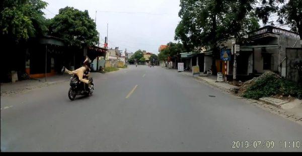 Thượng úy Nguyễn Trọng Quý bị đối tượng đi xe máy húc tung người