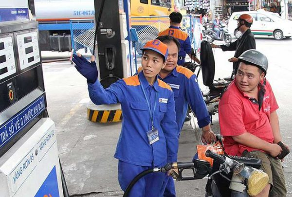 Giá xăng tăng hơn 900 đồng/lít