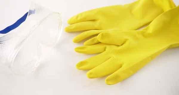 đeo găng tay và kính mắt bảo vệ