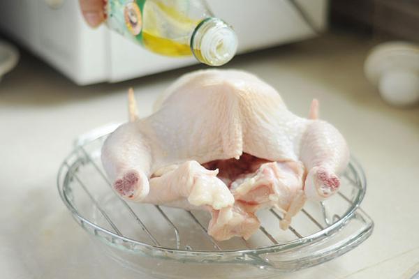Hướng dẫn làm gà nướng tiêu nguyên con bằng lò nướng