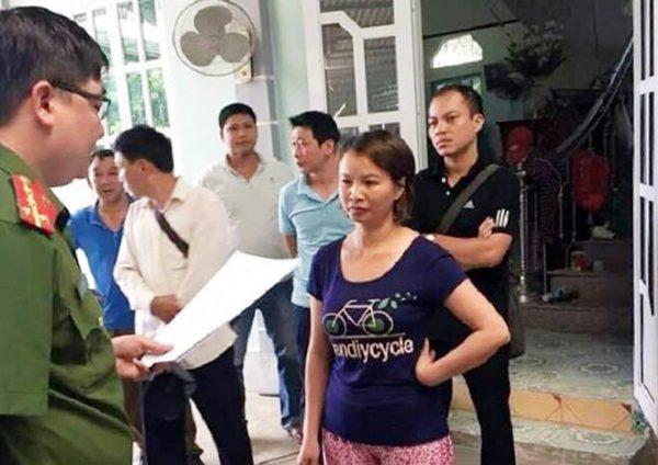 Cơ quan công an đọc lệnh bắt tạm giam và khám xét nhà khẩn cấp đối với bà Trần Thị Hiền