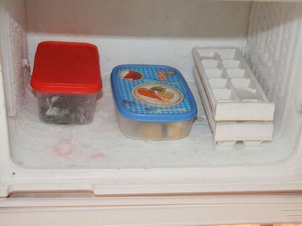 Lấy các thứ trong ngăn đông ra