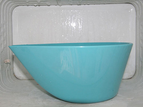 Đặt các bát nước hoặc xoong nước nóng